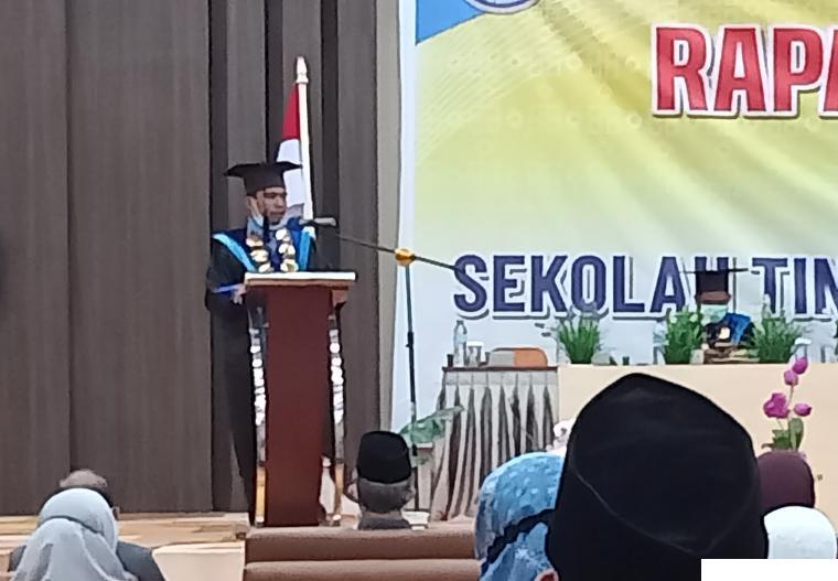 Ketua STAIDA Payakumbuh Ahmad Deski, S.Si, MA menyampaikan kata sambutan dalam Wisuda ke-5 STAIDA Payakumbuh, Rabu (30/06/2021). ERZ