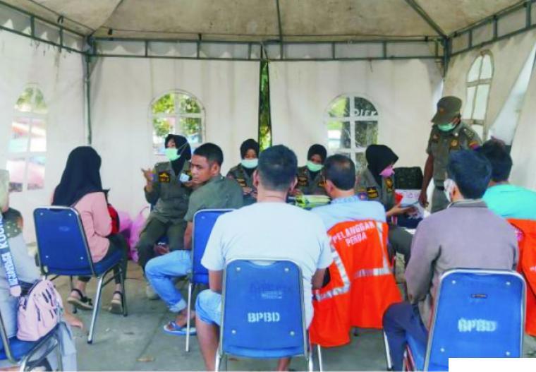 Beberapa orang warga Kota Payakumbuh didata di Posko Penegakkan Perda SumbarNo.6 Tahun 2020 di Payakumbuh, karena kedapatan tidak memakai masker di lokasi umum, sebagaimana yang tertuang dalam perda guna mengantisipasi Covid-19. HUMAS