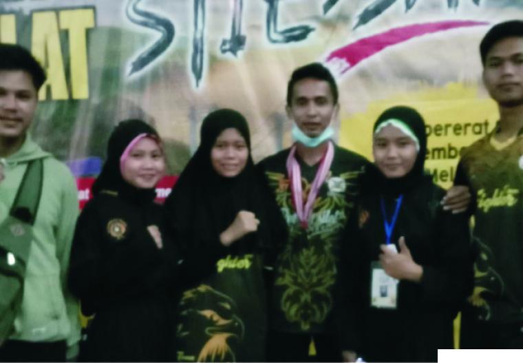 3 atlet Perguruan Silat Rajawali Dharmasraya saat mengikuti STIE SAK Cup 1 di Kabupaten Kerinci, Jambi dan berhasil meraih medali. DI