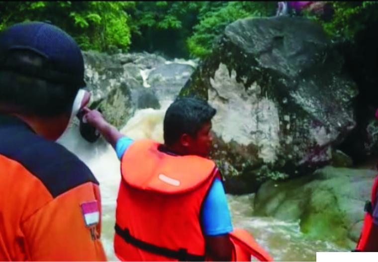 Pencarian jenazah mahasiswa UNP yang menjadi korban air bah di Air Terjun Tiga Tingkat Lubuk Hitam, Kelurahan Teluk Kabung Utara, Padang. Pada Sabtu (27/03/2021) pagi ini 2 korban lagi telah ditemukan, setelah pada Jumat malam ditemukan satu orang. BPBD PADANG