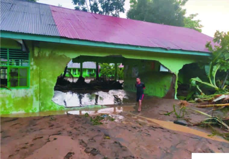 Banjir Bandang di Agam Putuskan Jembatan dan Jebol Sekolah