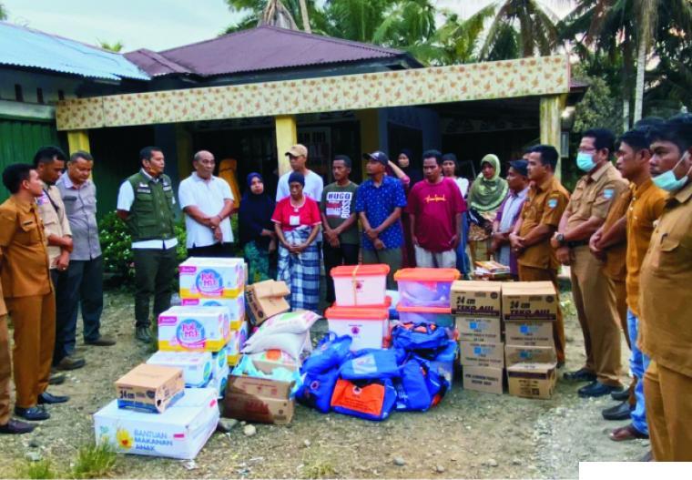 Penyerahan bantuan Pemkab Pasbar melalui BPBD kepada korban kebakaran empat unit rumah di Jorong Batang Biyu, Nagari Lingkuang Aua, Kecamatan Pasaman, Kabupaten Pasbar. RIZAL