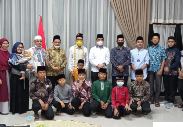 Bupati Limapuluh Kota Safaruddin Dt. Bandaro Rajo bersama dengan kafilah MTQ Limapuluh Kota yang akan mewakili daerah ini ke MTQ Sumbar yang ke-39, Jumat (16-04-2021) di rumah dinas bupati. KOMINFO