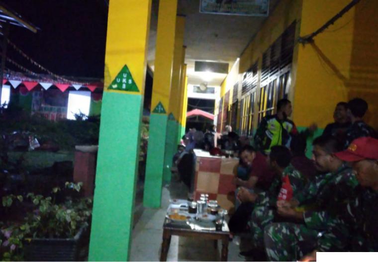 Danramil 03/PP Mayor Tuti Andayani ikut nonton bareng film pemberontakan G30 S/PKI bersama keluarga besar SMAN 2 Pulau Punjung, Kamis (30/09/2021). IST