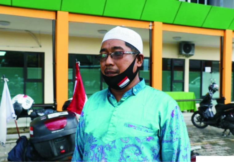 Hasan CL Bunyu (44) yang rela menempuh perjalanan 3.700 KM dari Sulawesi Tengah dengan bersepeda motor bersama istrinya Nining R Rusdin Wakiden (29) yang sebagai peserta pada Cabang Kaligrafi di MTQN ke-28 di Padang, Sumbar. DISKOMINFO