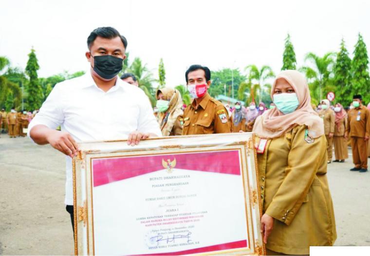 Penyerahan penghargaan dan hadiah oleh Bupati Dharmasraya Sutan Riska Tuanku Kerajaan atas prestasi dalam Reformasi Birokrasi di Lingkungan Pemkab Dharmasraya Tahun 2020, pada (04/01/2021). IST