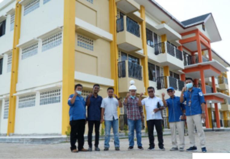 Rektor ITP Dr. Ir. Hendri Nofrianto, MT dan Ketua Yayasan ITP Drs. Zulfa Eff Uli Ras, M.Pd dan pimpinan kampus ITP di Rusunawa Kampus II ITP. DOK ITP
