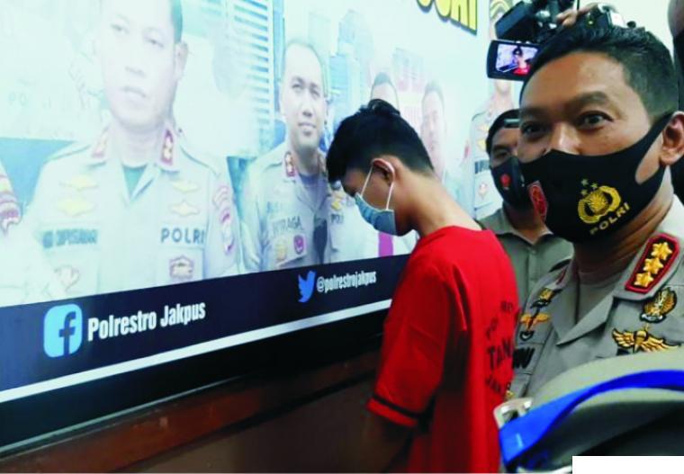 Tersangka MG, dokter gadungan yang menipu delapan wanita dan meraup uang hingga ratusan juta dari mereka. Dia ditangkap oleh Polres Metro Jakarta Pusat, Ahad (27/12/2020). REPUBLIKA