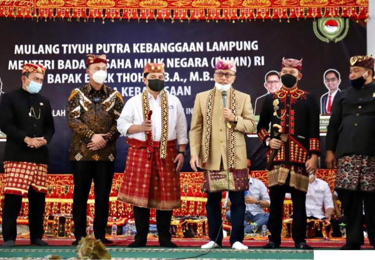 Menteri BUMN Erick Thohir saat menerima gelar adat Lampung dan diangkat sebagai adik oleh Ketua Umum PAN Zulkifli Hasan. DOK.PAN