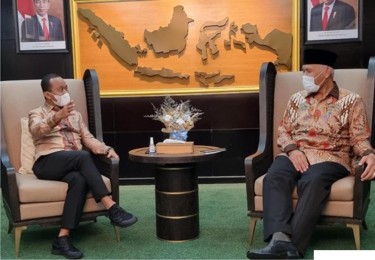 Gubernur Sumbar Mahyeldi bersama Menteri Investasi Bahlil Lahadalia, di Kantir Kementerian Investasi RI, Jalan Gatot Subroto, Jakarta, Selasa (04/05/2021). KOMINFO SB