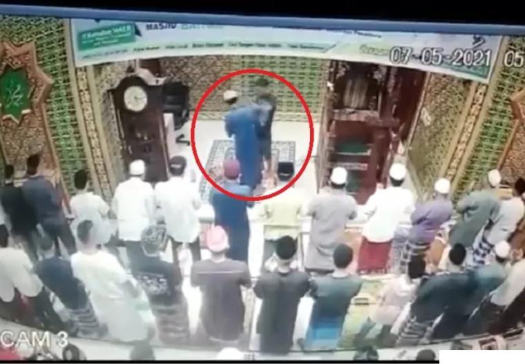 Aksi pemukulan imam Masjid Baitul Arsy pada saat Shalat Subuh, Jumat (07/05/2021) di Perumahan Widya Graha, Jalan Srikandi, Kelurahan Delima, Kecamatan Tampan, Pekanbaru. NET