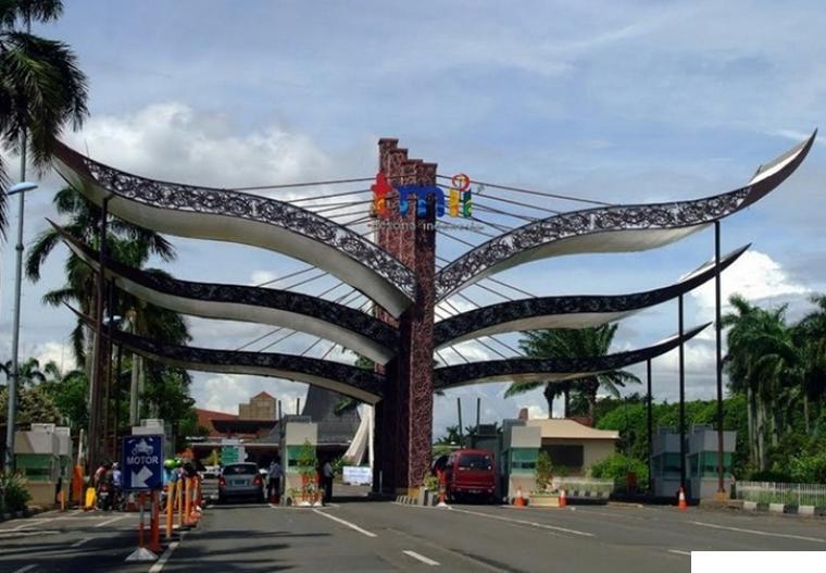Gerbang Taman Mini Indonesia Indah (TMII). Objek wisata ini, diambil alih kini oleh negara dari Yayasan Harapan Kita yang dulunya didirikan oleh Ibu Tien Soeharto, Istri Presiden RI ke-2. NET