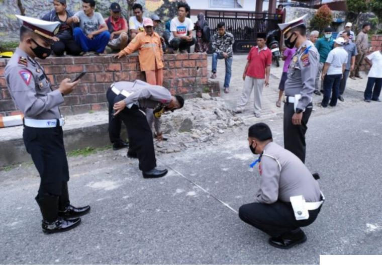 Polisi melakukan pengukuran di lokasi kecelakaan yang melibatkan Bus Gumarang Jaya, di depan SDN 03 Pitalah, Jorong Baringin, Nagari Pitalah, Kecamatan Batipuh, Kabupaten Tanah Datar, Kamis, (15/04/2021) sekitar pukul 10.00 WIB. TOP SUMBAR