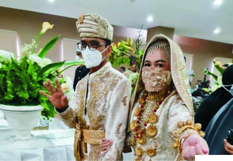 Bupati Limapuluh Kota Safaruddin Dt. Bandaro Rajo dan Nevi Zulvia Nasrun di sela-sela prosesi pernikahan yang dilangsungkan, Kamis (25/03/2021) di Hotel Gren Alia Prapatan, Jakarta. NET