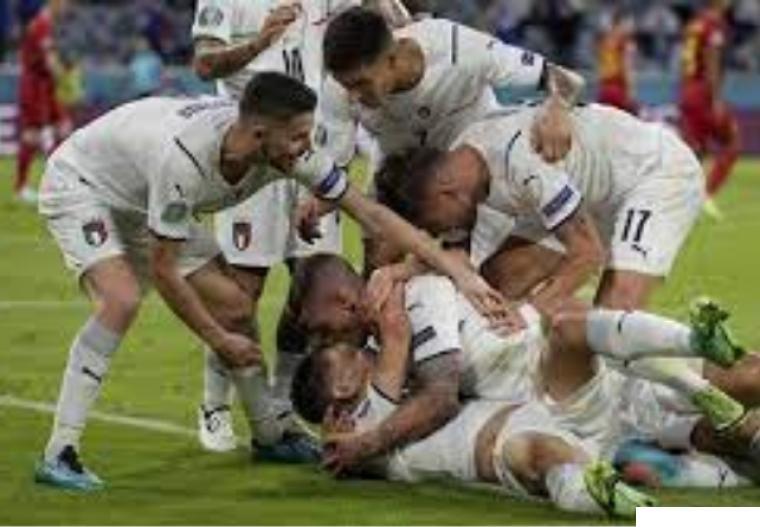 Para pemain Italia merayakan kemenangan mereka atas Belgia dalam perempat final Euro 2020 yang dilangsungkan Sabtu (03/07/2021) dinihari WIB di di Allianz Arena, Munich. NET