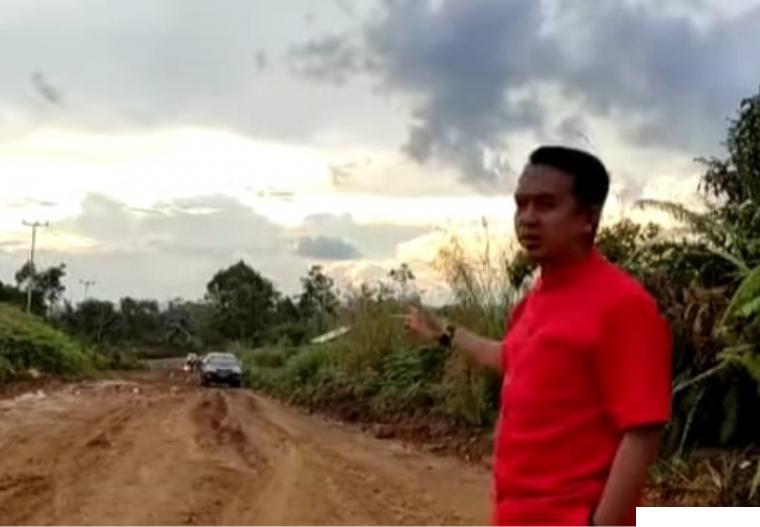 Ketua DPRD Kabupaten Limapuluh Kota Deni Asra saat meninjau pembangunan jalan Landai-Kubang Balambak yang akan diaspal sepanjang 3,2 KM. IST