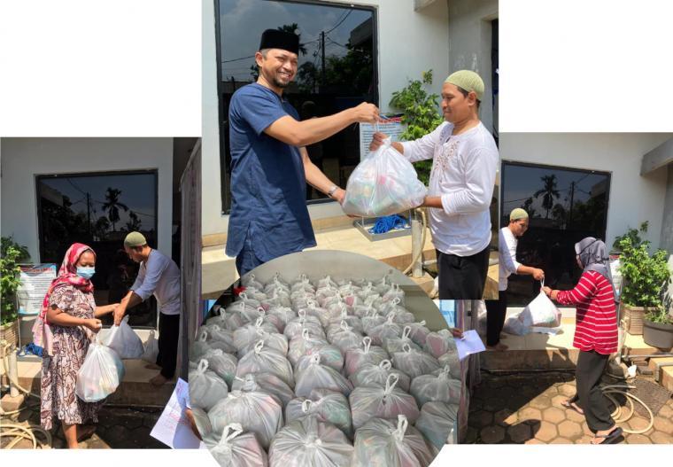 Joni Hendri, S.Kom, M.Kom berbagi sembako dengan karyawan dan masyarakat sekitar perusahannya di Jakarta, pada 1 Ramadhan 1442 H atau Selasa (13/04/2021). Program berbagi sembako ini rutin dilaksanakan sejak 10 tahun lalu. IST