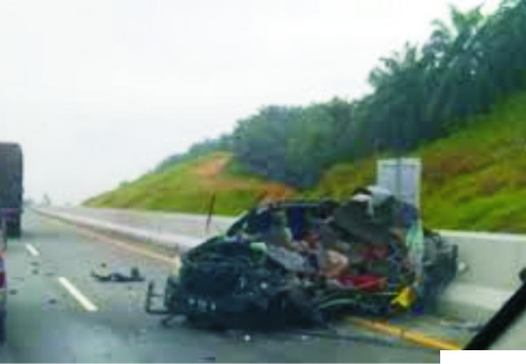 Kecelakaan maut di Tol Pekanbaru-Dumai, Provinsi Riau, Rabu (13/01/2021) antara minibus Innova dengan truk Fuso yang mengakibatkan lima orang meninggal dunia dan dua terluka. NET