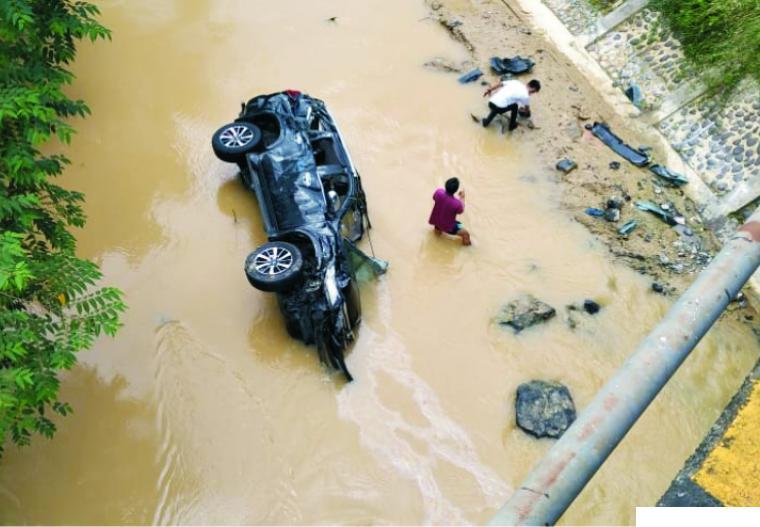 Mobil Pajero milik almarhum H.Fajar yang terjun ke Sungai Batang Mimpi Gunung Medan beberapa hari lalu. DI