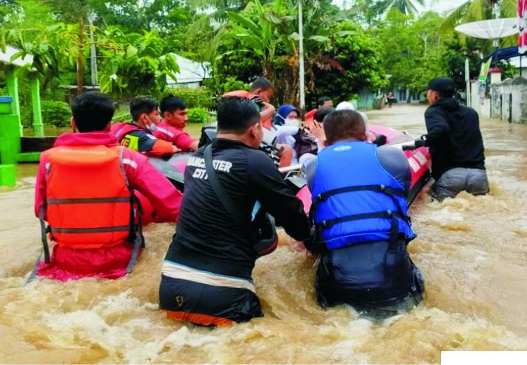 Evakuasi korban banjir. NET