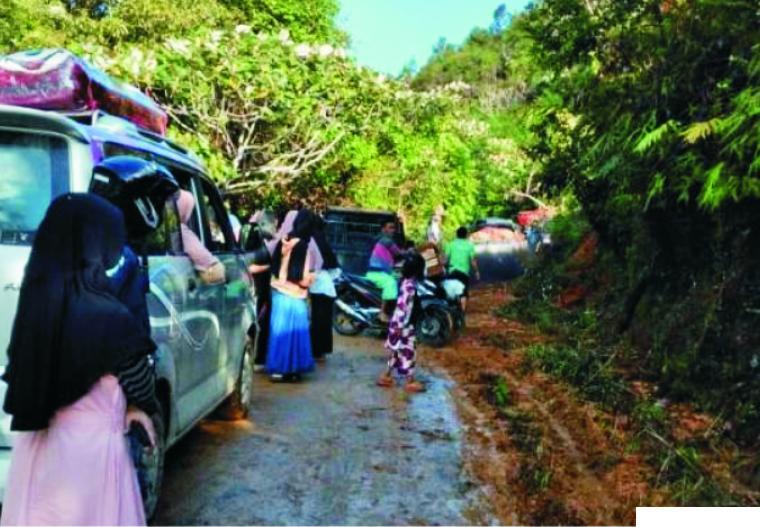 Sejumlah kendaraan menuju nagari Simanau Kecamatan tigo lurah terjebak, akibat jalan menuju ke daerah itu tertimbun longsor, Minggu (28/03/2021) sore. BERITANDA1.COM