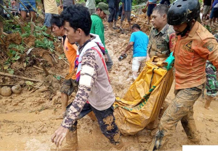 Petugas BPBD bersama Tim Terpadu mengevakuasi korban tanah longsor di Korong Tanah Taban, Nagari Pasie Laweh, Kecamatan Lubuk Alung, Kabupaten Padang Pariaman, Kamis (30/09/2021). ist