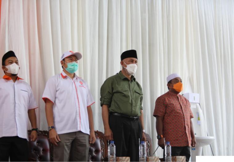 Gubernur Sumbar Mahyeldi yang juga Ketua DPW PKS Sumbar saat menghadiri dan membuka secara resmi kegiatan vaksinasi Covid-19 di Kantor DPW PKS di Jl. Adinegoro, Koto Tangah, Padang, Minggu (03/10/2021). Kegiatan ini disambut antusias oleh masyarakat. IST