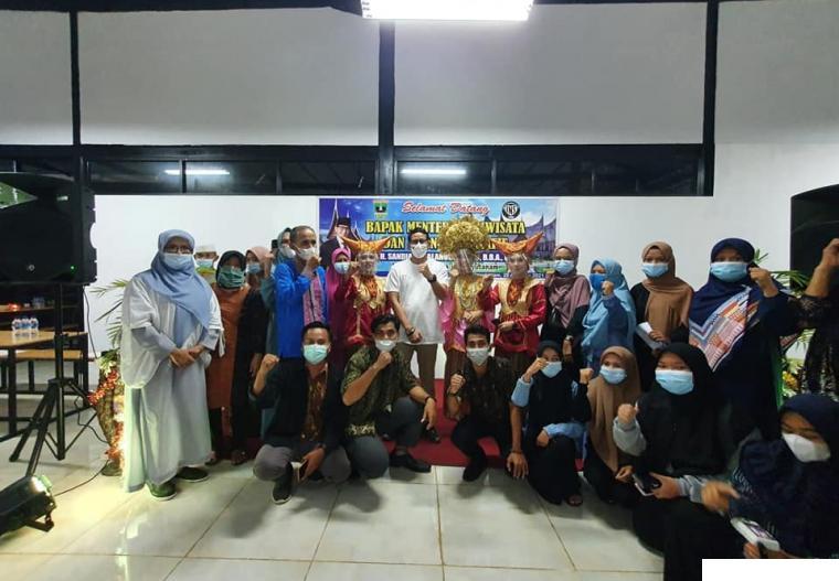 Menteri Pariwisata dan Ekonomi Kreatif, Sandiaga Uno bersama guru SMA INS dan karyawan Food Court saat menteri berkunjung ke Food Court INS Kayu Tanam, Sabtu (28/08/2021) malam. IST
