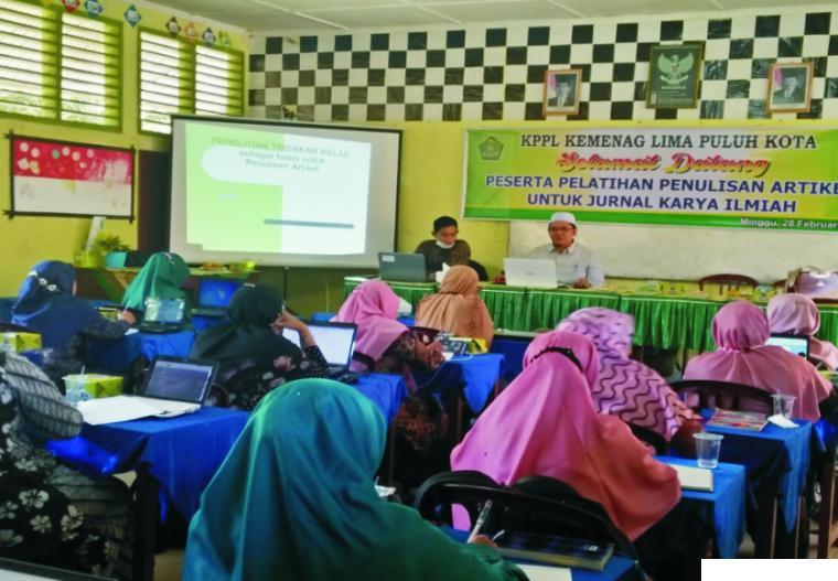 H. Irwandi Nashir, Dosen IAIN Bukittinggi, saat menyampaikan materi pelatihan penulisan                                                                             artikel untuk para guru yang tergabung dalam Komunitas Penggerak Literasi  Kabupaten                                                                                Lima Puluh Kota, Sumatera Barat, Ahad (28/2/2001). IST