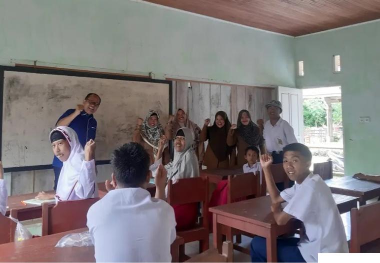 Suasana di ruang kelas SLB Hazirah Ranah Pesisir di Labuah Gajah, Nagari Sungai Tunu, Kecamatan Ranah Pesisir, Kabupaten Pesisir Selatan saat dikunjungi anggota DPRD Pessel Novermal Yuska, SH, Selasa (28/09/2021). Jumlah murid di SLB ini 25 orang (21 murid SD dan 4 murid SMP). Walau semua guru di sekolah ini tidak bergaji, namun mereka tetap bersemangat mengajar. IST