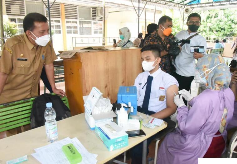 Kegiatan vaksinasi dilaksanakan di salah satu SMP di Kota Padang. IST