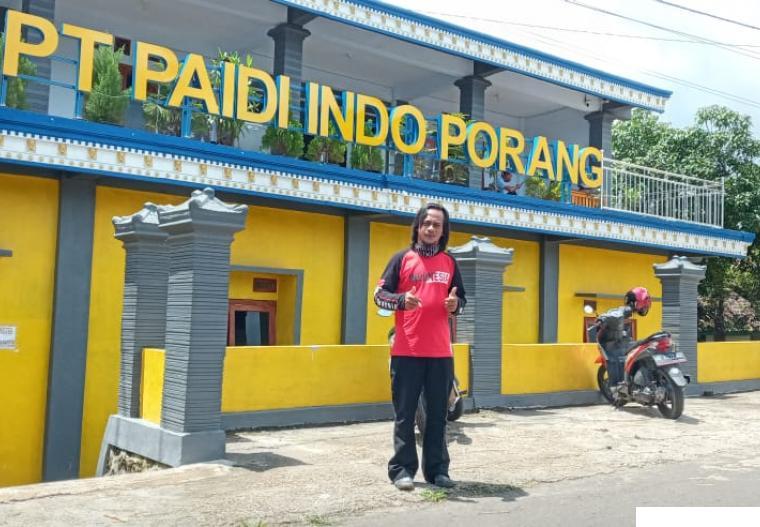 Paidi di depan perusahaan  miliknya,  PT Paidi Indo Porang. IST
