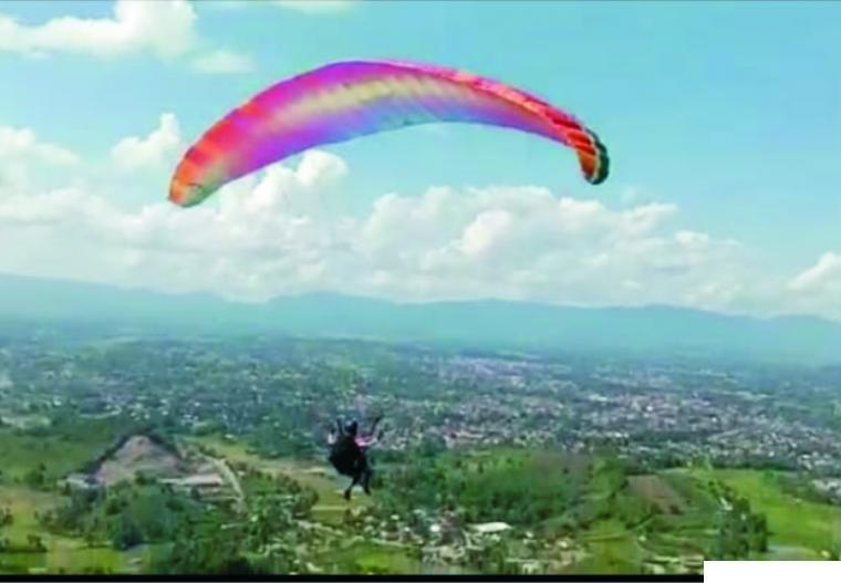 Para atlet paralayang mencoba terjun dari bukit di Koto Nan Ampek, Kota Payakumbuh. IST