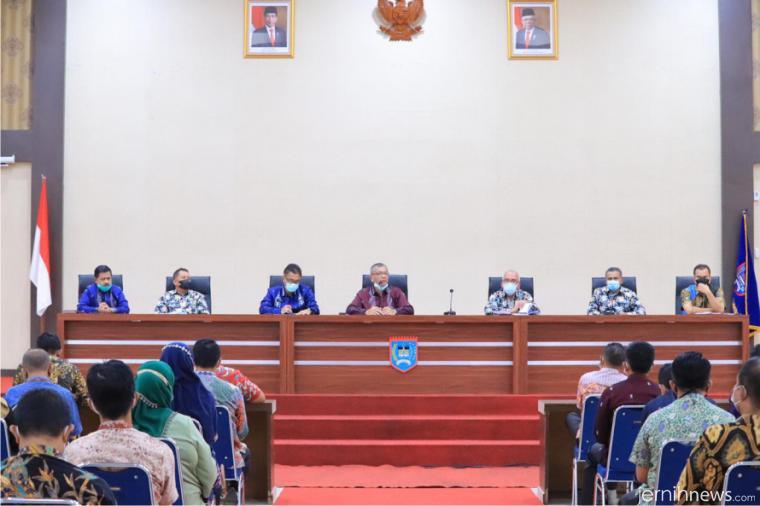 Walikota Riza memimpin rapat koordinasi dalam rangka menindaklanjuti arahan Presiden RI Joko Widodo tentang penanganan Covid-19 dan pemulihan ekonomi daerah di Aula Ngalau Indah, Kantor Walikota, Kamis (29/04/2021). IST