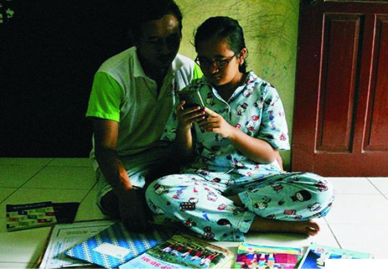 Orang tua mesti mendampingi anaknya saat mengikuti proses belajar mengajar (PBM) daring. PMB daring masih banyak dikeluhkan oleh orang tua, siswa dan termasuk guru. NET