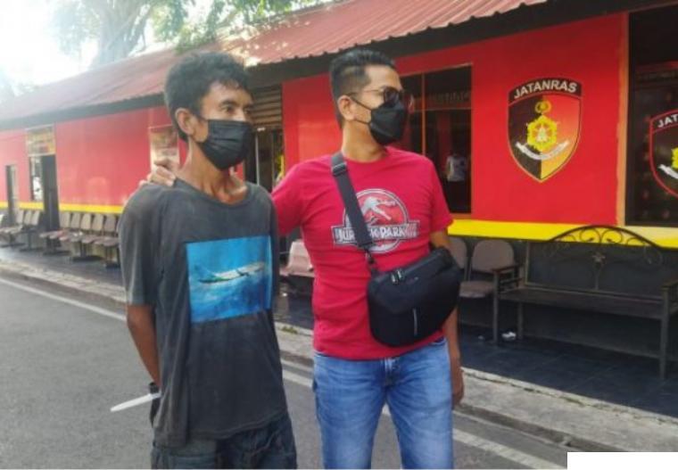 Polisi menggiring 'D' pelaku penyerangan dan pemukul Ustadz di Masjid Baitussyakur di Batam.IST