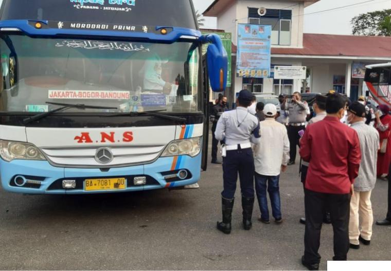 Suasana pengaturan bus dan penumpang oleh petugas di Terminal Tipe B Koto Nan Ompek Payakumbuh, saat terminal tersebut dioperasionalkan kembali secara resmi oleh Kadis Perhubungan Sumbar, Hendri Nofiardi, Jumat (09/07/2021). IST