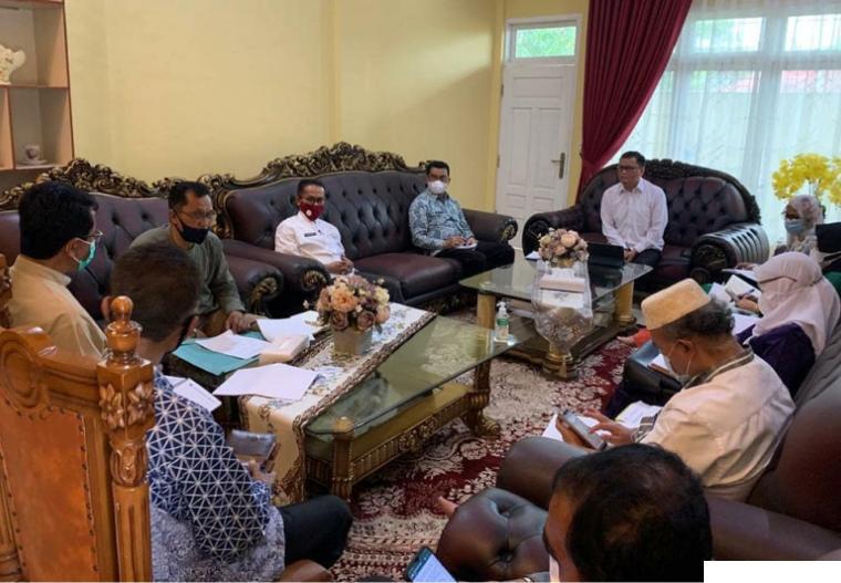 Wakil Bupati Limapuluh Kota, Rizki Kurniawan Nakasri memimpin rapat pembahasan perkembangan dan langkah antisipatif Covid-19 terkini dan juga menghadapi Harai Raya Idul Fitri 1442 H. KOMINFO LIKO