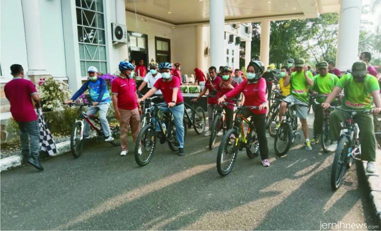 Suasana sebelum pelepasan peserta sepeda santai alias gowes dalam rangka memperingati Hari Kesehatan Nasional (HKN) ke-56 tahun 2020, Kamis (12/11/2020) di Solok Selatan. Sejumlah pejabat turut ambil bagian, termasuk Pjs. Bupati Solsel Jasman Rizal. IST