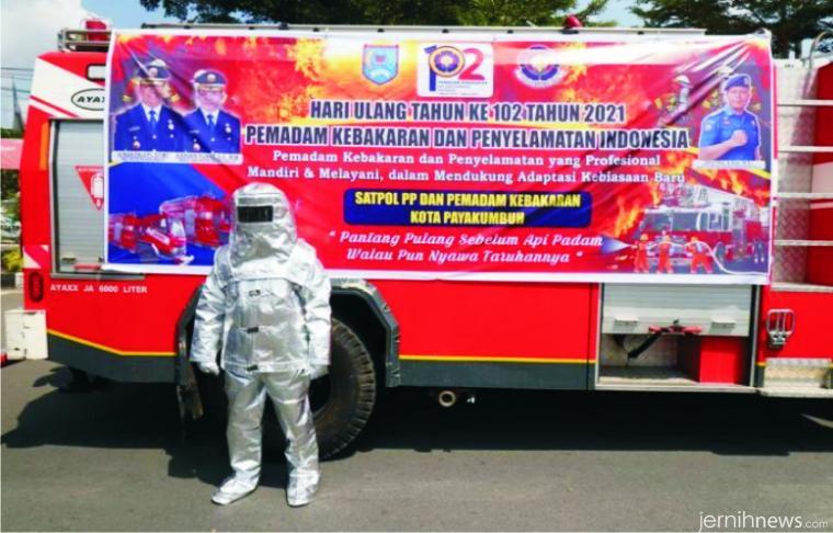 Dinas Pol-PP dan Damkar Kota Payakumbuh, Senin (01/03/2021) memperingati hari jadi yang ke-102. Pada peringatan ini juga dihadirkan petugas Damkar berpakaian alumunized (pakaian anti api). HUMAS