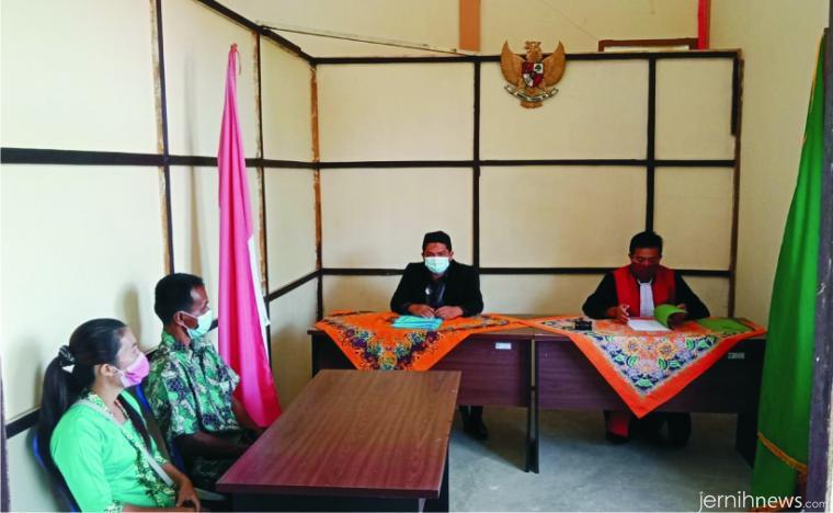 Suasana persidangan penetapan perwakinan warga non muslim yang pencatatannya terlambat melalui program Ksatrio Sirancak yang dilaksanakan PN Pasbar bekerja sama dengan Disduk Capil Pemkab Pasbar, Selasa (17/11/2020) di Nagari Persiapan Tandikek, Nagari Kinali, Pasbar. RIZAL