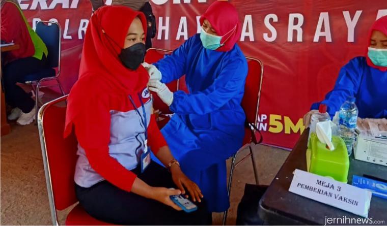 Salah seorang peserta remaja yang sedang divaksin oleh petugas Puskesmas Gunung Medan. IST