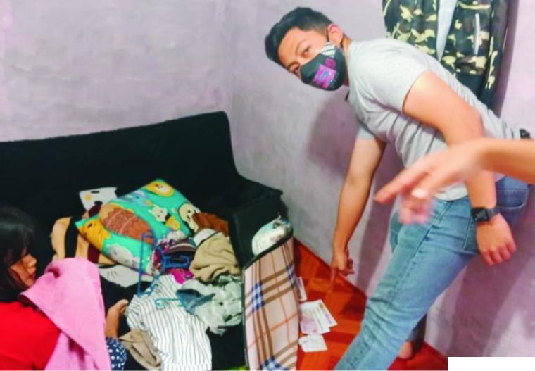Polisi dari Polres Solok menemukan uang palsu pecahan Rp100 ribu ketika menggeledah rumah tersangka pengedar uang palsu di Kabupaten Solok. Tiga orang tersangka ditangkap dan ditahan, Senin (02/11/2020). TNS