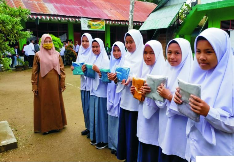 Penyerahan sumbangan hijab kepada para santriwati Ponpes Ma'arif As Sa'adiyyah, Batu Nan Limo, Simalanggang, Kabupaten Limapuluh Kota, beberapa hari yang lalu. IST