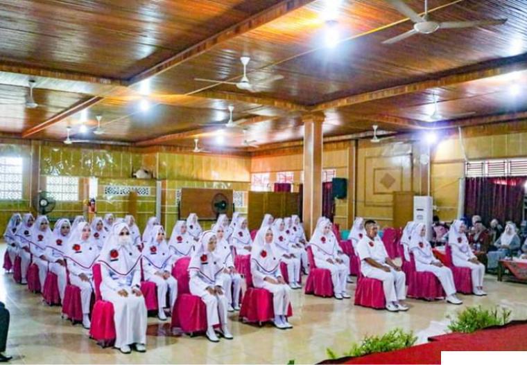 Dekan Fikes Undhari, Ita Dwi Aini, S,Farm,Apt, M.Sc. didampingi Ketua Prodi S-1 Keperawatan Ns.Reni Fitria,M.Kep bersama mahasiswa di Kampus Undhari. DI