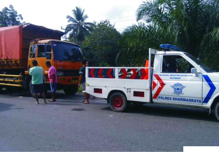 Mobil truk tronton BA 8170 AO yang melindas pengendara sepeda motor Rangga Fagiarianto dan mobil polisi lalu lintas di tempat kejadian perkara, Selasa (09/02/2021). DI