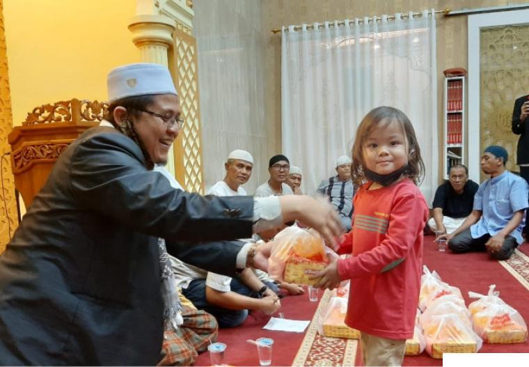 Ustadz H. Irwandi Nashir saat menyerahkan santunan untuk anak yatim di Kota Payakumbuh, Rabu (25/08/2021). IST