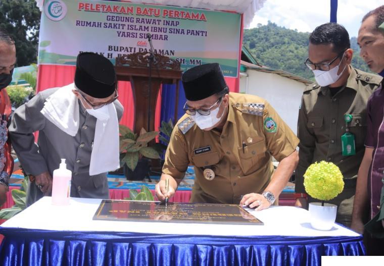 Bupati Pasaman H. Benny Utama menandatangani prasasti peletakkan batu pertama pembangunan ruang rawat inap baru Rumah Sakit Islam Ibnu Sina Panti, Pasaman, Selasa (07/09/2021). IST