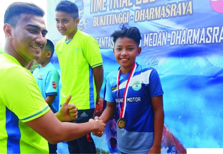 Ahmad Farouk dari Rafa SC menerima pengalungan medali dalam sparing partner renang antar klub se-Sumbar. IST