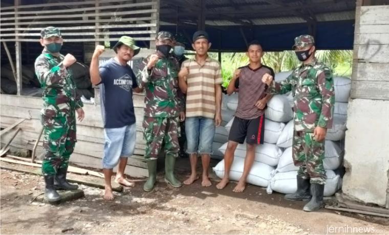Personel Kodim 0306/50 Kota yang terus membangun komunikasi sosial dengan masyarakat Talang Maur, Kecamatan Mungka pada kegiatan TMMD Ke-111 tahun 2021 yang dilaksanakan di nagari itu. IST